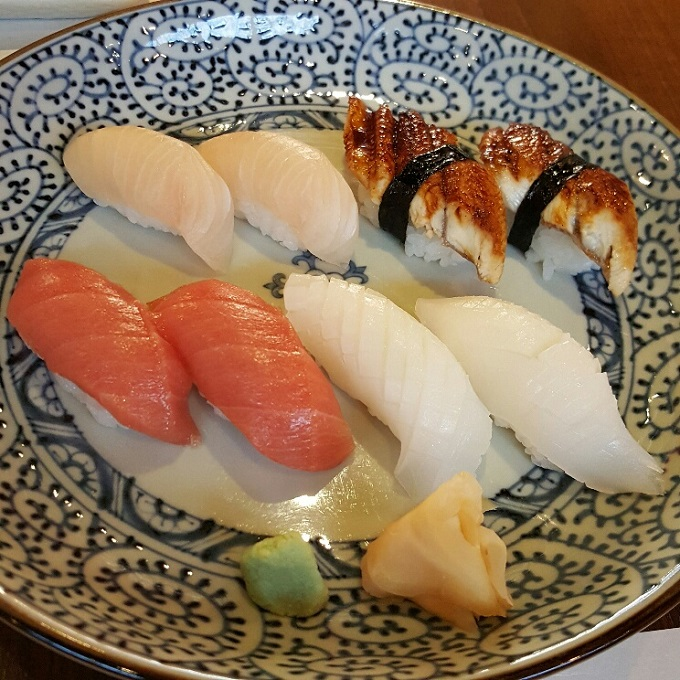 Miki-(Nigiris de chutoro, hamachi, anguila y calamar)