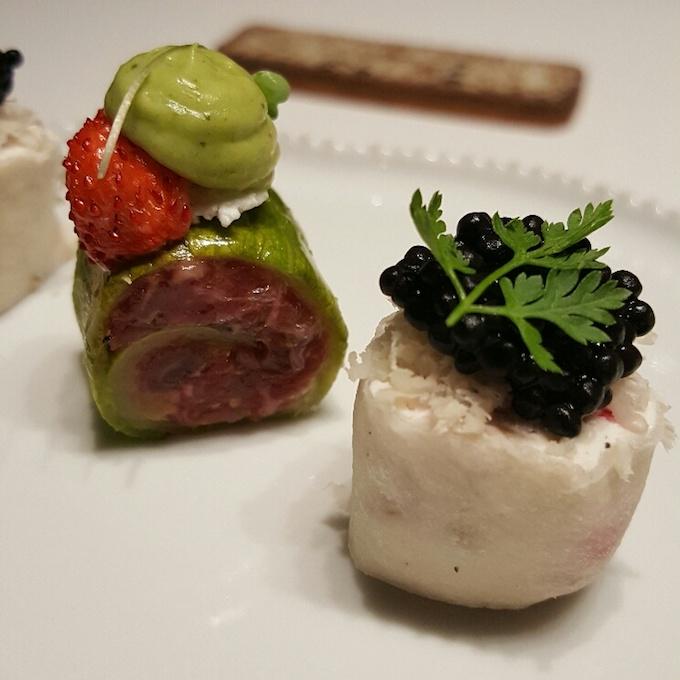 Ricard Camarena Restaurant (Nabo, rábano y caviar de salmón y Piel de calabacín, steak tartar y requesón)