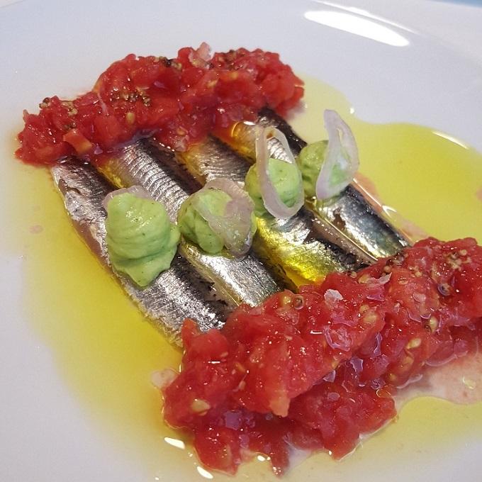 Marcano ( Lomos de bocarte con aove arbequina, tomate rallado y mousse de aguacate)