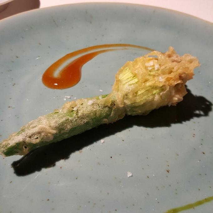 Carboneras de Lu (Flor de calabacin en tempura, rellena de brandada de bacalao)
