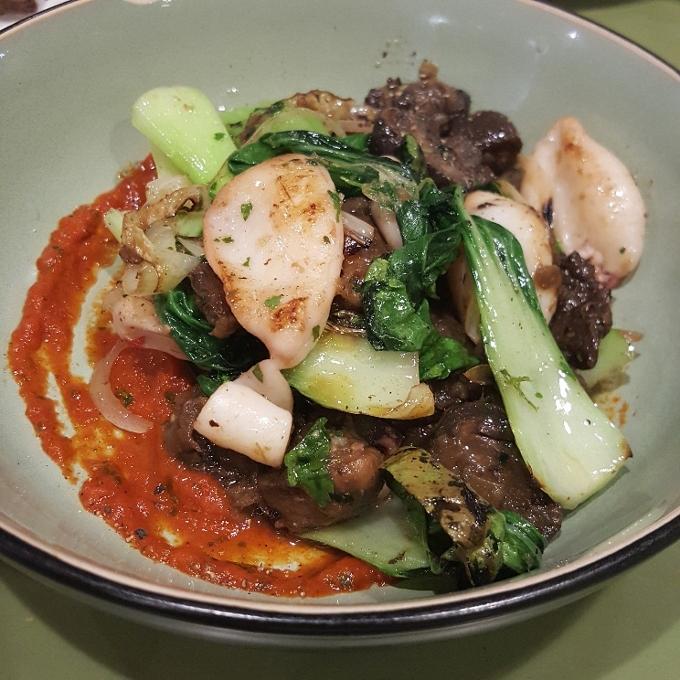El Brote (Gurumelos salteados con chipirones y salsa de pimiento rojo)