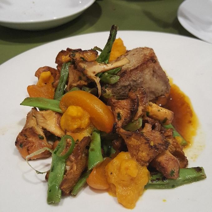 El Brote (Rebozuelos con albaricoque, judia verde, aguja de cerdo y crema de batata)