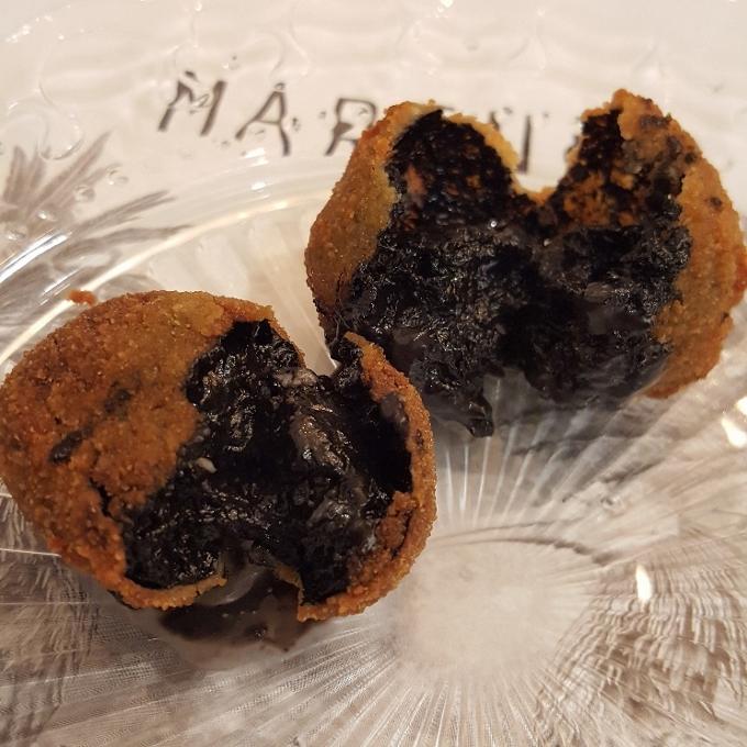 Marengo (Croquetas de choco con alioli de su tinta-detalle)