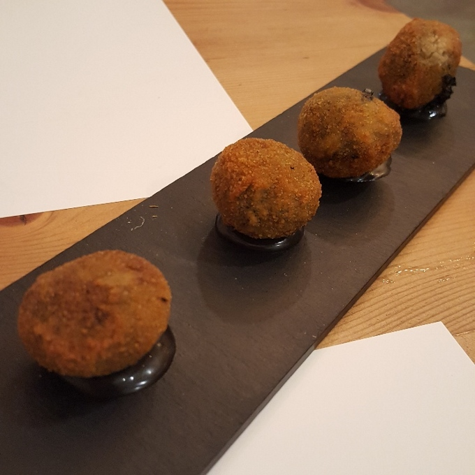 Marengo (Croquetas de choco con alioli de su tinta)