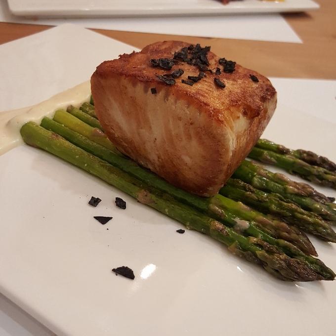 Marengo (Lomo de atún rojo a la parrilla con espárragos verdes y mayonesa de soja)