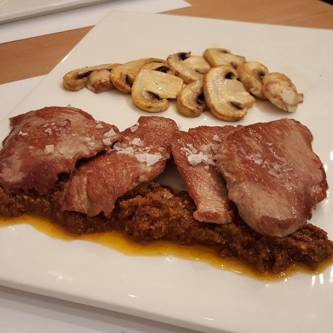 Marengo (Presa ibérica con pesto de tomate seco, piñones y albahaca)