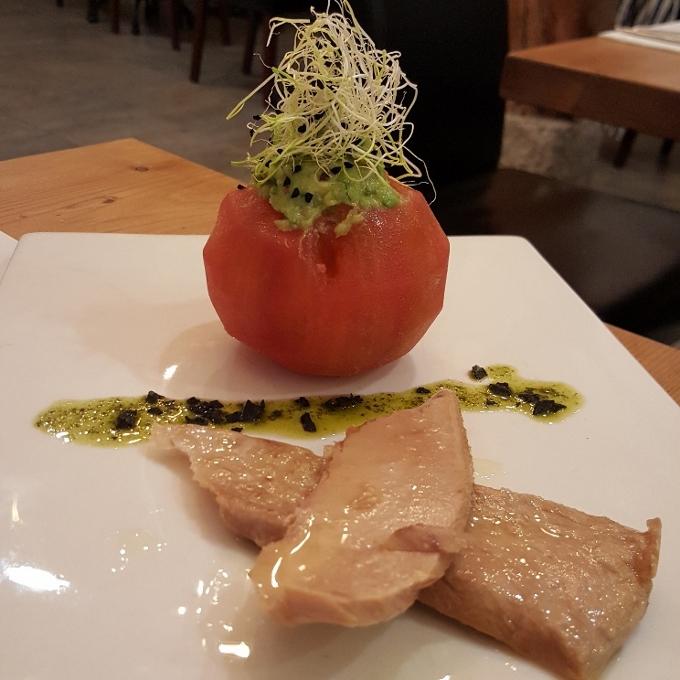 Marengo (Tomate relleno de guacamole y ventresca de atún)