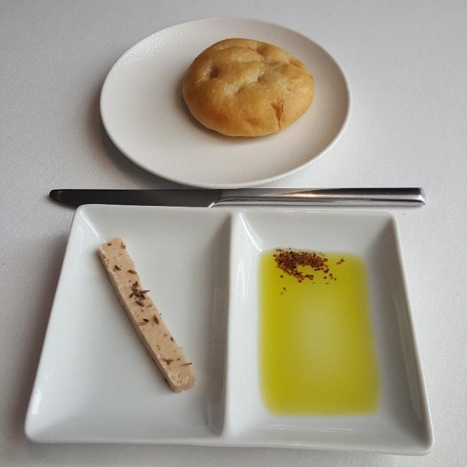 Arrayán (Pan de aceite, mantequilla de anchoa y comino, sal negra del Himalaya y aove)