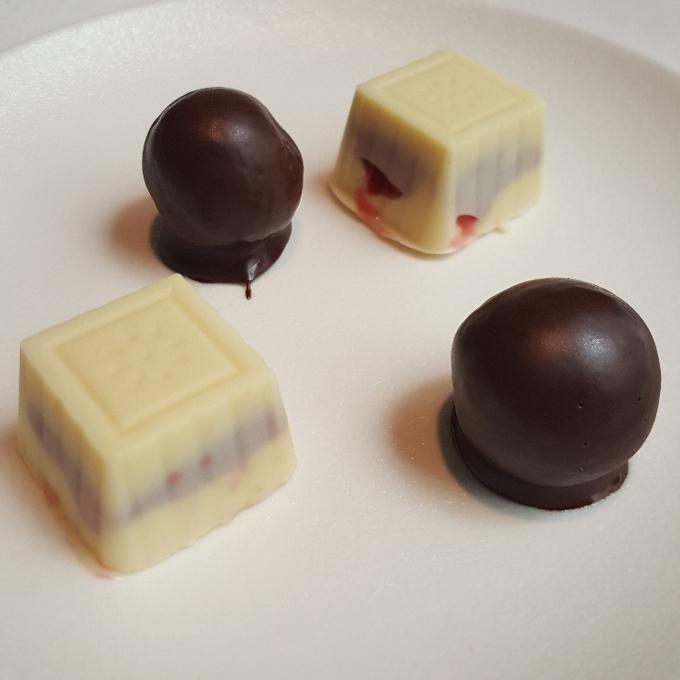 Arrayán (Petits four-Mazapán con chocolate y Chocolate blanco con frutos rojos)