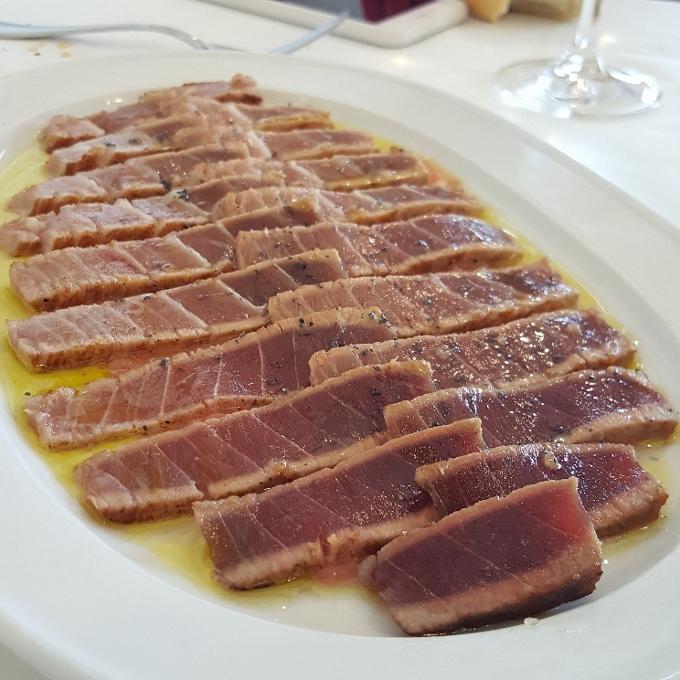 Casa Bigote (Trinchado de atún rojo sobre pulpa de tomate y aove)