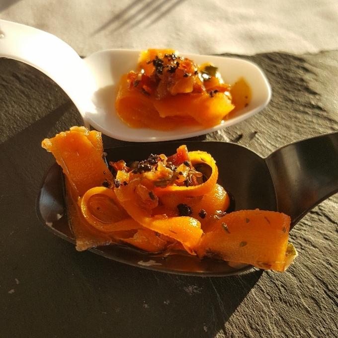 La Casa del Farero (Tiras de zanahorias aliñadas con tomate seco y polvo de aceitunas)