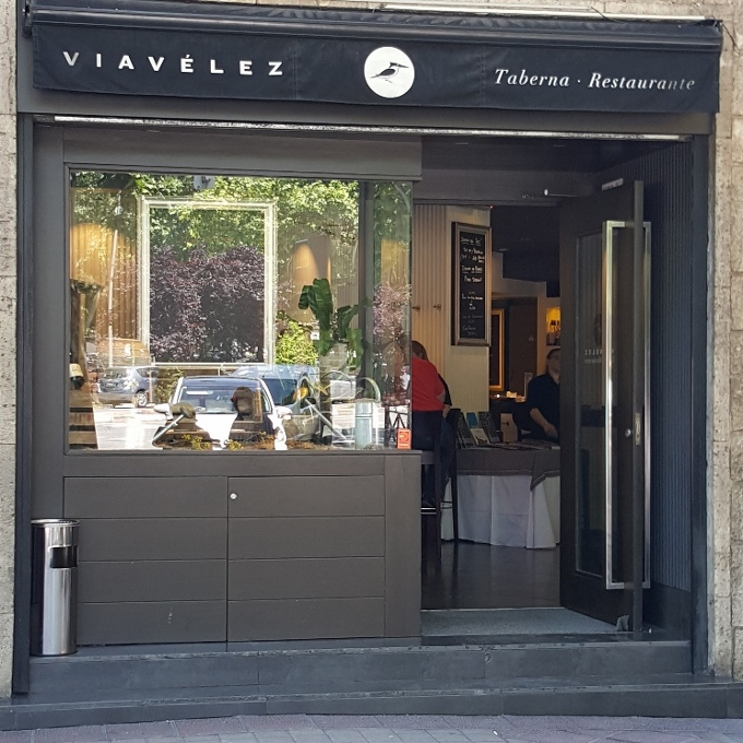 Viavélez (Entrada al local)