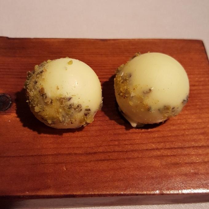 El Doncel (Bombon de queso, pistacho y romero)