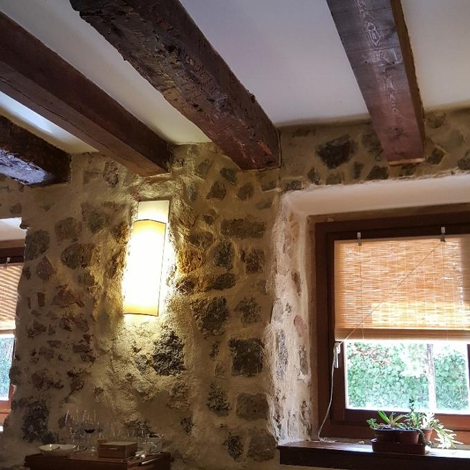 Nöla (Vista interior con sus paredes de piedra y techo con vigas de madera)