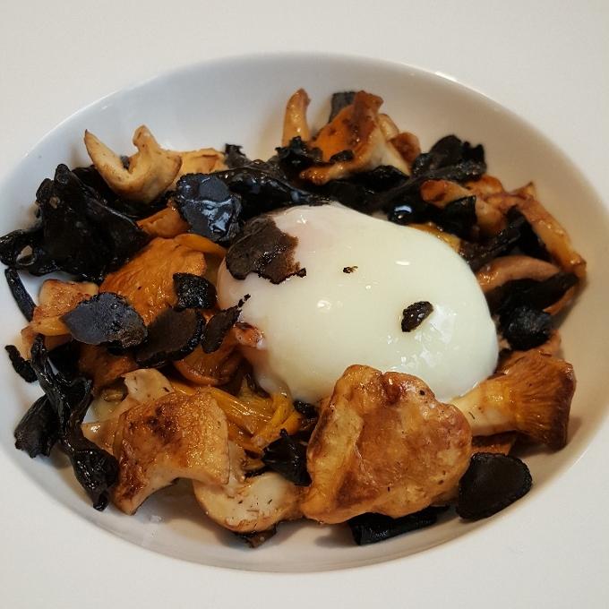 Bosque (Salteado de setas con crema de patata, trufa y huevo a baja temperatura)