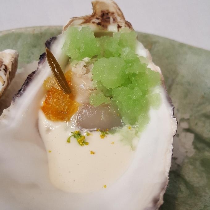 Montia (Ostra con crema de ajo blanco de piñones)