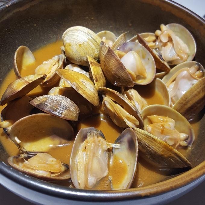 Salino (Almejas en marinera de manzanilla)