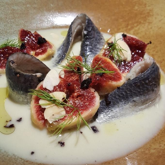 Salino (Ensalada de sardina marinada, ajo blanco de hinojo e higos)