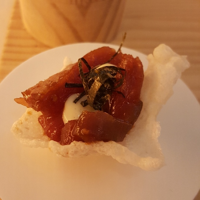 Alpe (Atún rojo sobre crujiente de arroz)