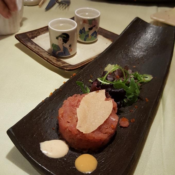 Txatei (Tartar de atún picante y chupitos de sake)