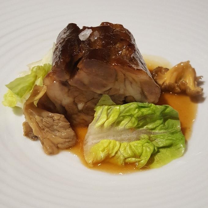 Baluarte (Rulo de cordero lechal, angula de monte, lechuga en salmuera de kimchi)