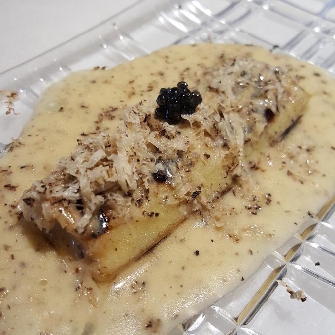 Efímero (Puerro braseado, salsa meuniere trufada y caviar)