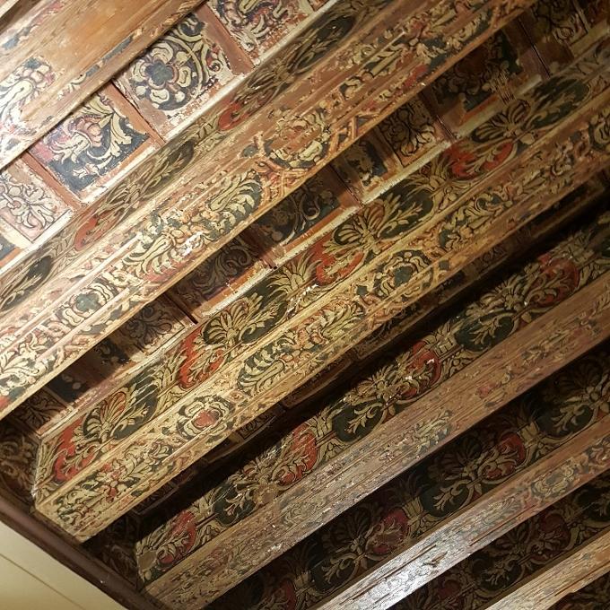 Los Faroles de Minaya (Vista del artesonado original del XVI que forma el techo del comedor)