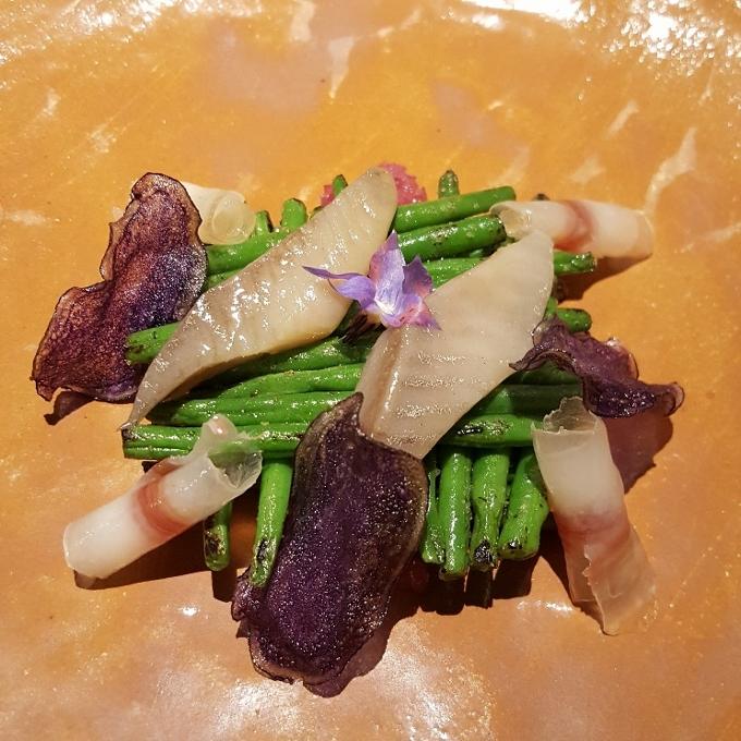 Étimo (Judias Kena, cebolla escabechada, arenque, papada y chips de patata morada)