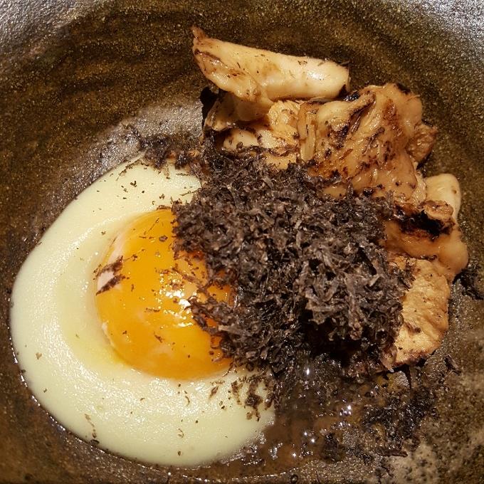 Étimo (Seta de temporada, puré de patata, yema confitada y trufa negra)
