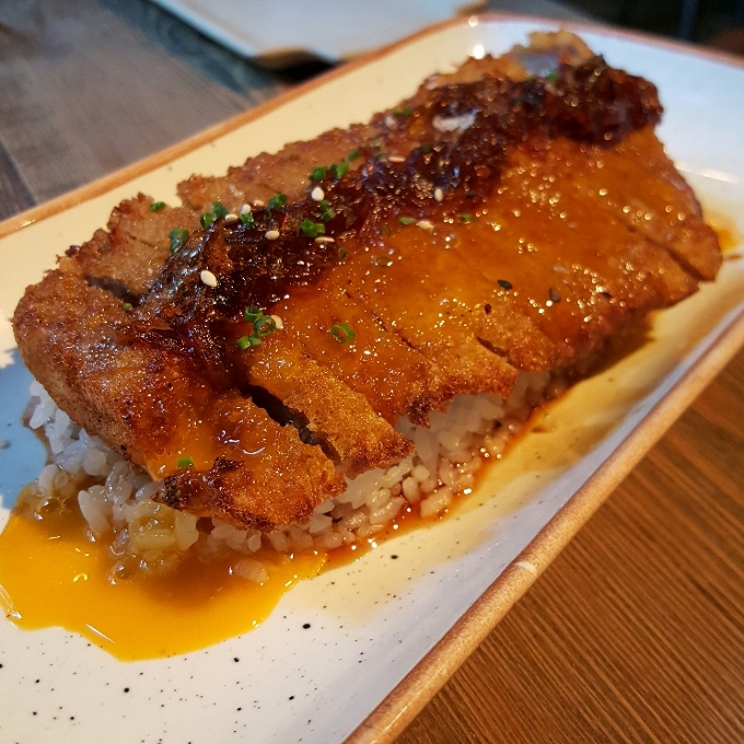 Kirikata (Katsudon de presa ibérica, sobre arroz con cebolla caramelizada y crema de huevo)