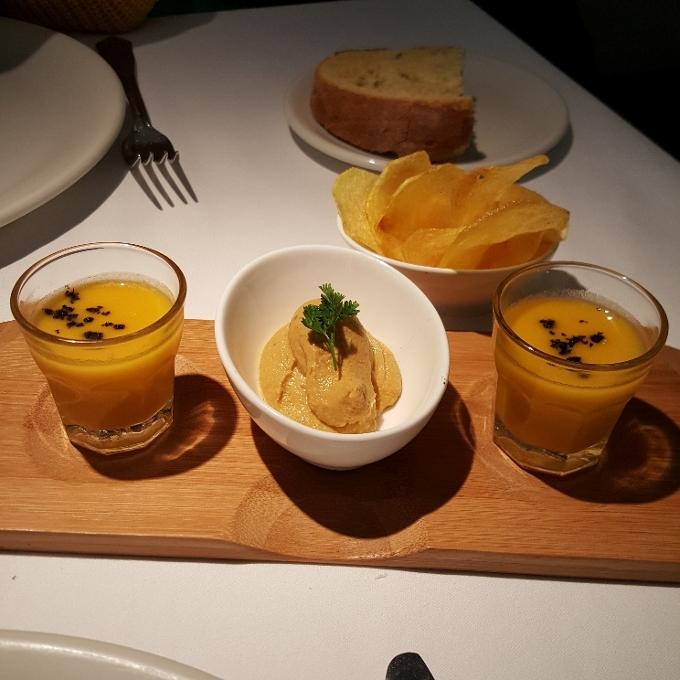 Cañadio Santander (Crema e calabaza y mandarina; patatas fritas caseras; mousse de mejillones)
