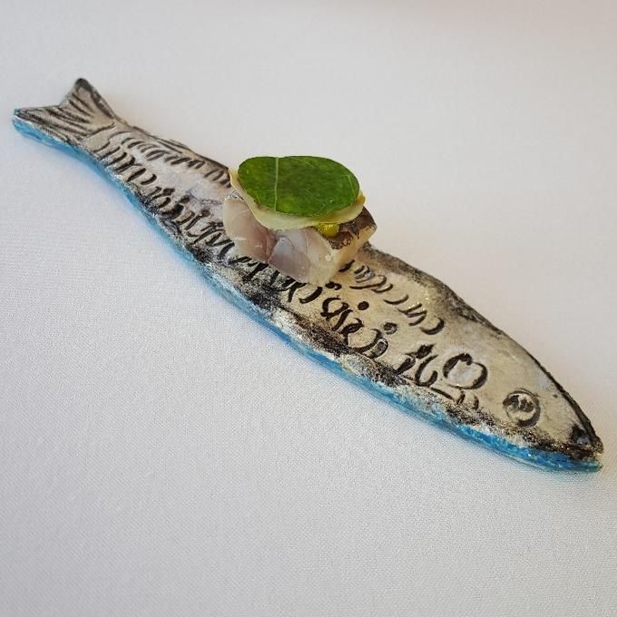 La Casona el Judío (Chicharro ahumado y macerado en salmuria, crema de pistacho y hojas de capuchina)