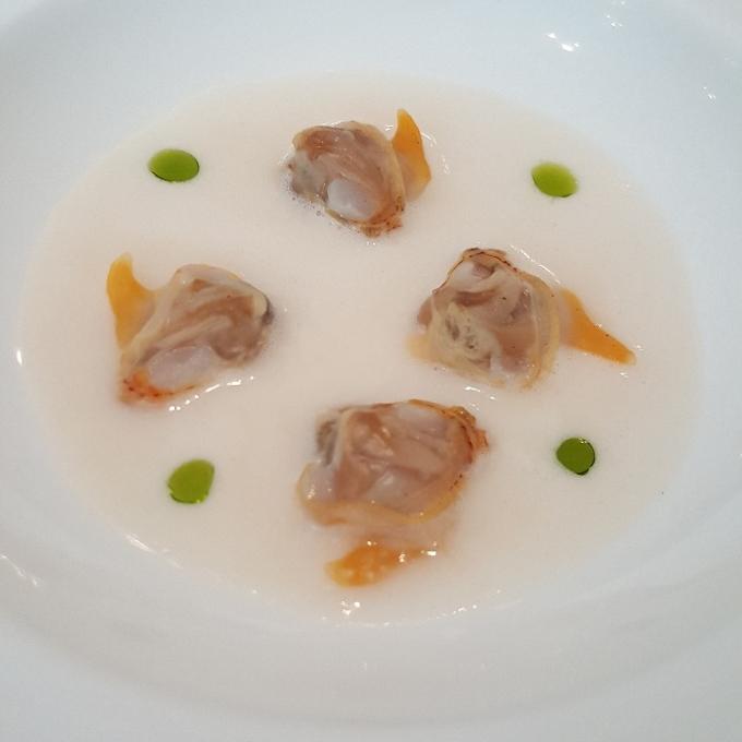 Nerua (Berberechos, jugo de merluza, lima y perejil)