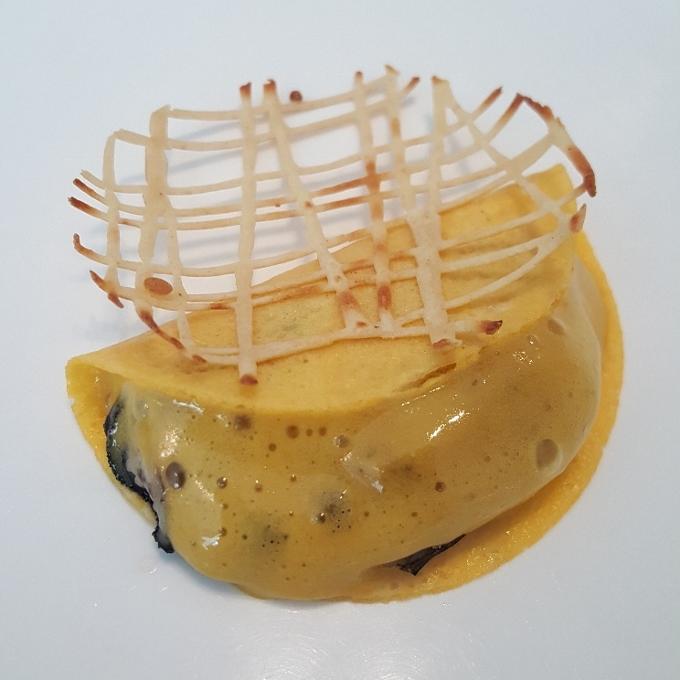 Nerua (Ostra, yema de huevo y crocante de arroz)