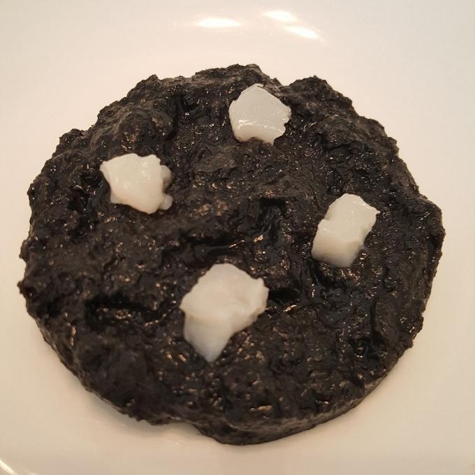 Nerua (Sopa de pan sopako, salsa negra y nata de coco)
