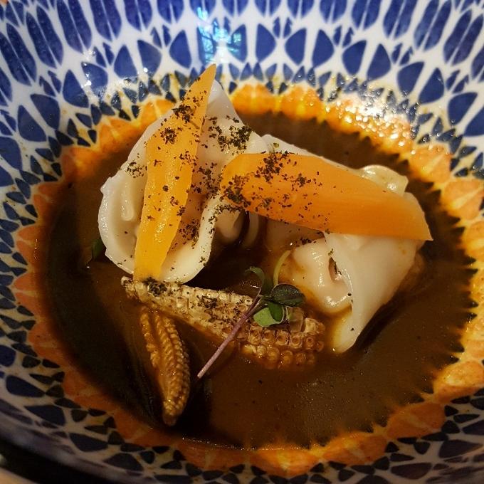 Gaman (Gyozas de langostinos con curry y huacatay)