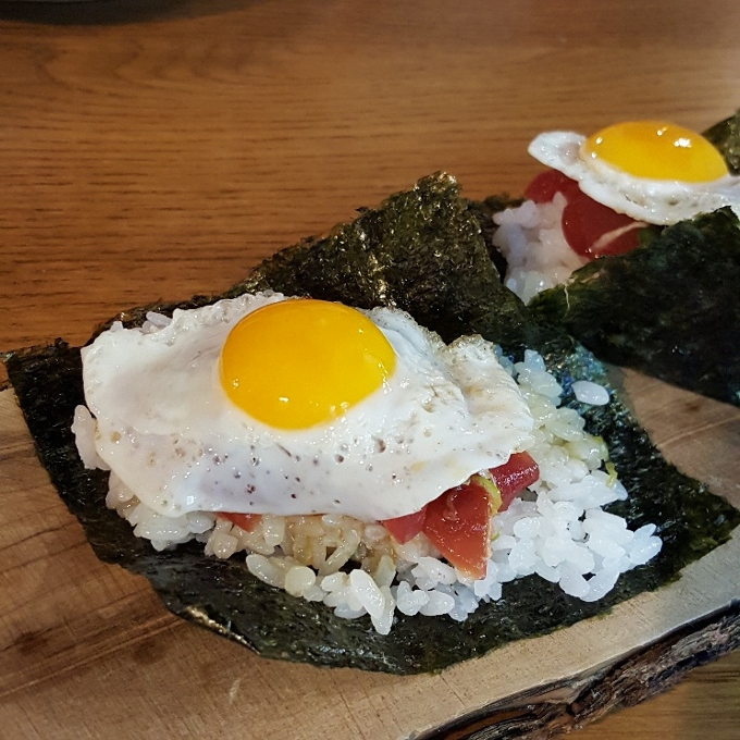 Gaman (Temaki de atún con huevo de codorniz)