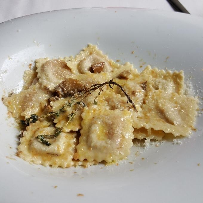 La Piperna (Ravioli de foie con tartar de boletus y virutas de foie)