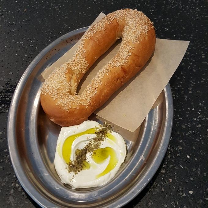 Fayer (Bagel de Jerusalen con salsa labneh, zaatar y aove)