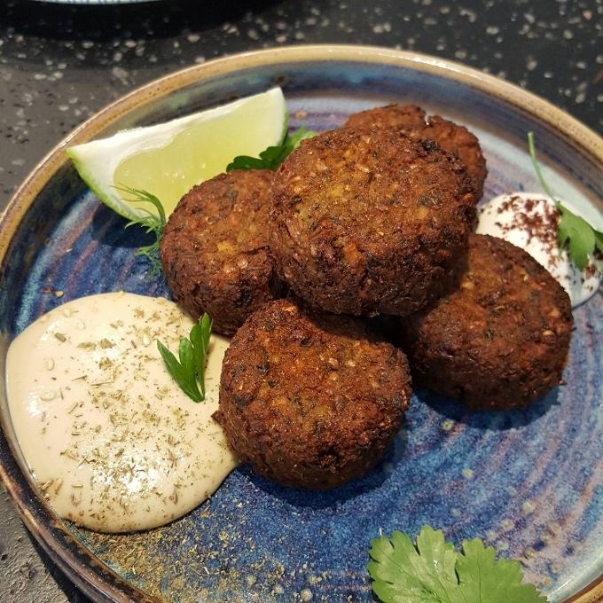 Fayer (Falafel con salsas labneh y tahina)