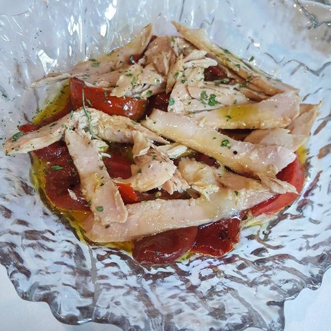 Mannix (Ensalada de tomate, pimiento rojo asado y ventresca de bonito)