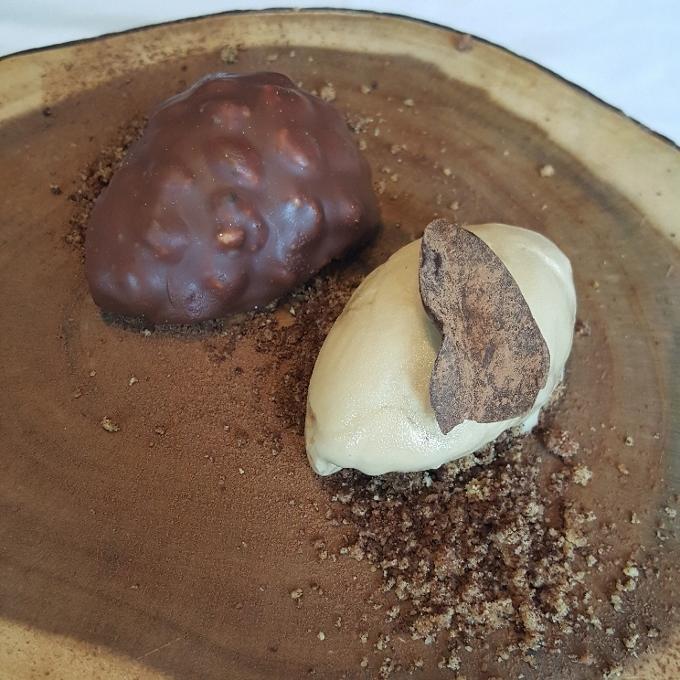 Mannix (Otoño. Mousse de tiramisu. crumble de avellana y café, helado de café y ron)