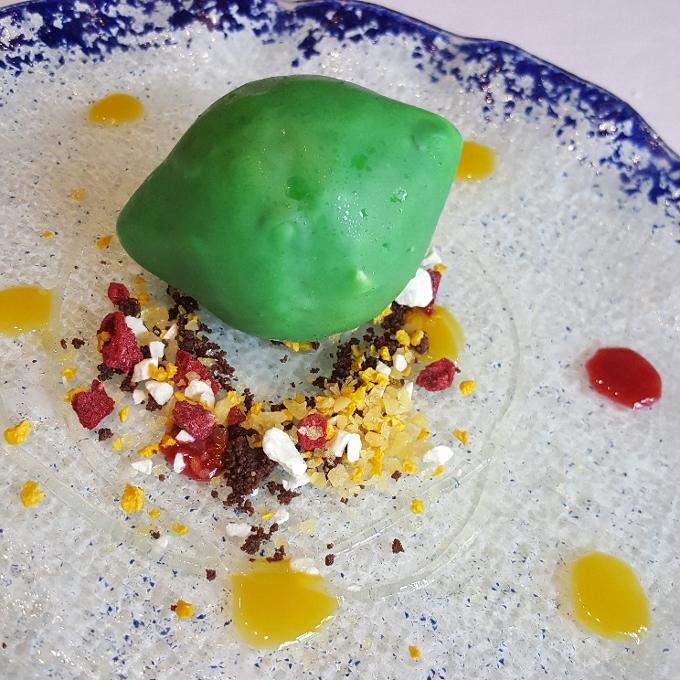 Mannix (Postre Lima. Cremoso de lima Kaffir, lima fresca, estragón, peta zetas, frutas liofilizadas, gel de limoncello y mango)